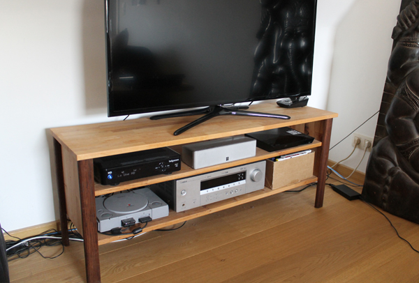 fabrication d 39 un meuble tv en bois sur mesure. Black Bedroom Furniture Sets. Home Design Ideas