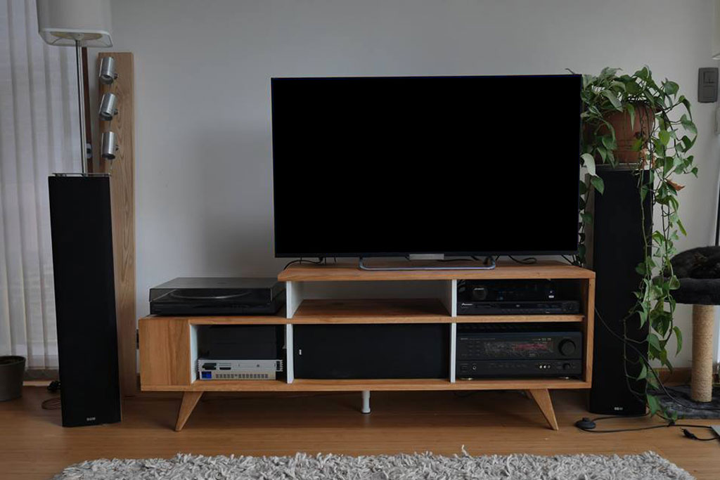 fabrication d 39 un meuble tv en bois avec panneaux en ch ne. Black Bedroom Furniture Sets. Home Design Ideas